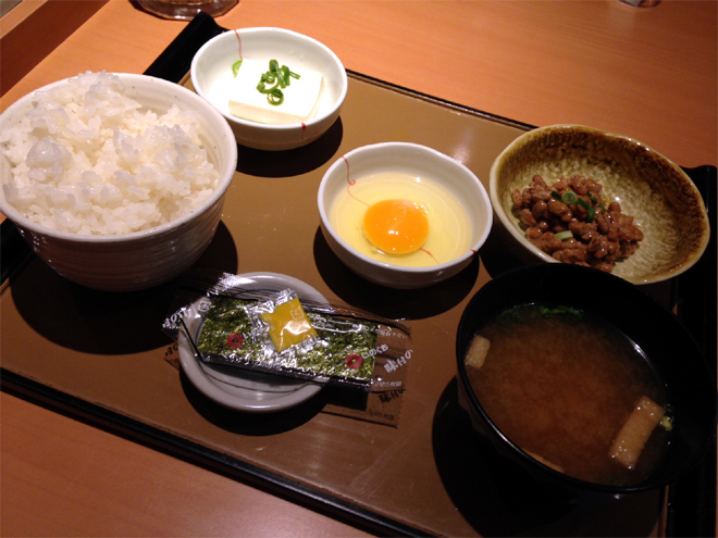 東京都墨田区菊川駅前にある「やよい軒」の納豆定食